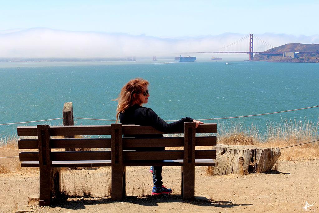 Vista maravilhosa da Golden Gate coberta de neblina