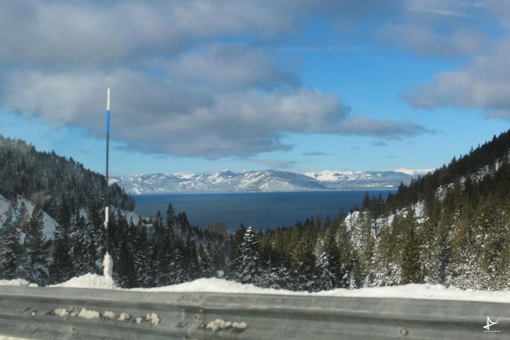 Marcador de neve nas estradas de Tahoe