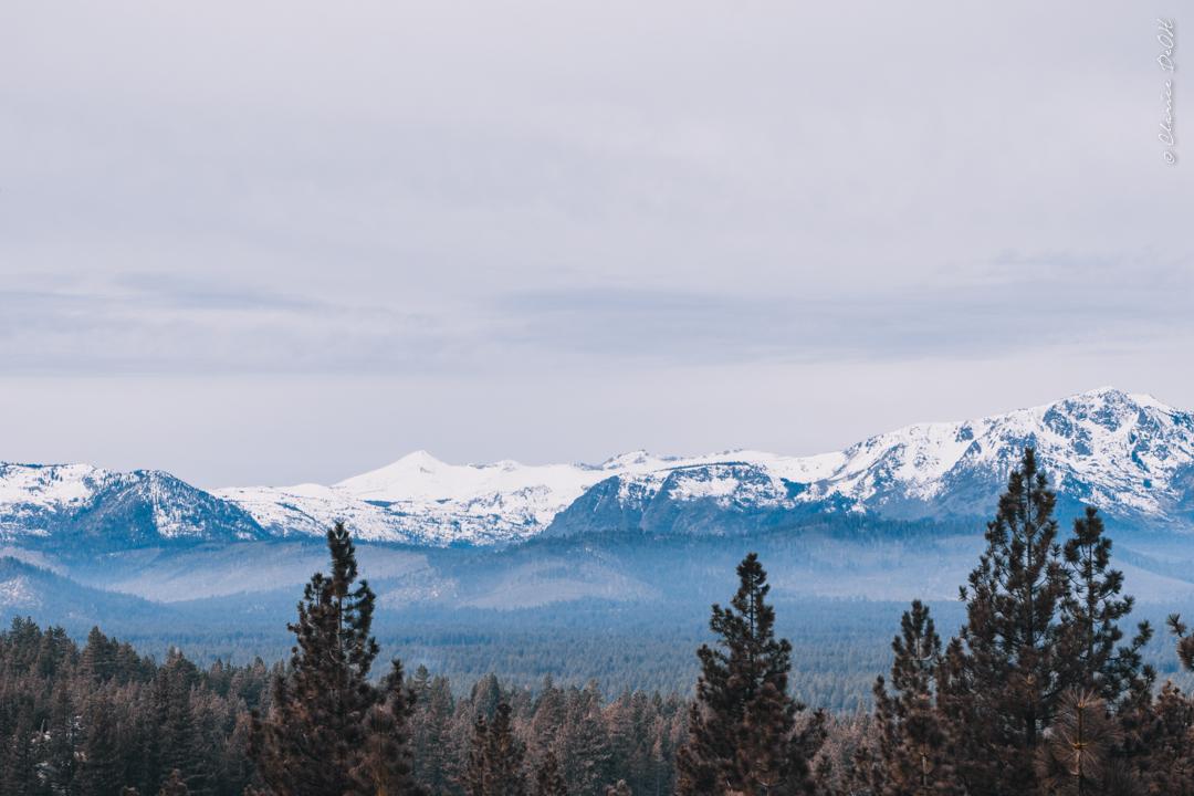 Montanhas cobertas de neve em Lake Tahoe