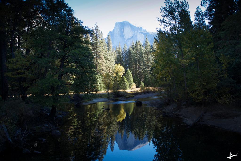 Paisagens das montanhas refletindo nos lagos no Yosemite