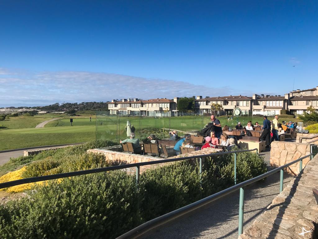 Bar em frente aos campos de golfe do The Inn at Spanish Bay