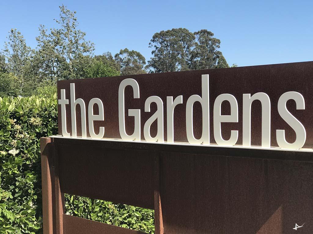 Entrada dos jardins da vinícola Cornerstone